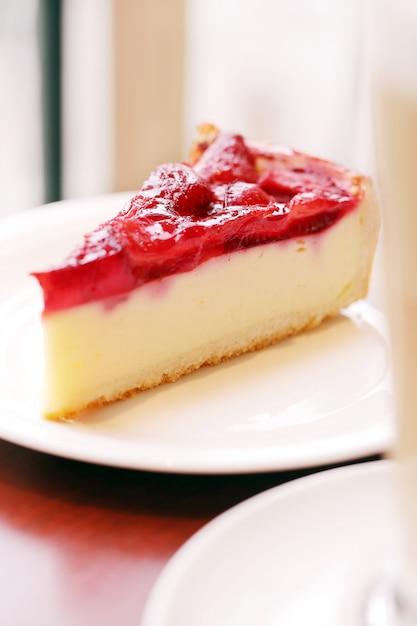 Délicieux Gâteau Aux Fruits Sur Une Assiette Photo gratuit