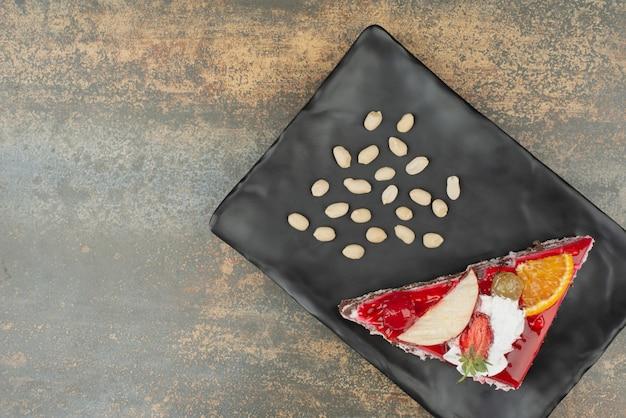 Délicieux Gâteau Aux Noix Sur Une Plaque Sur Une Surface En Marbre Photo gratuit
