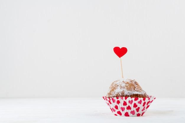 Délicieux gâteau avec coeur rouge sur la baguette Photo gratuit