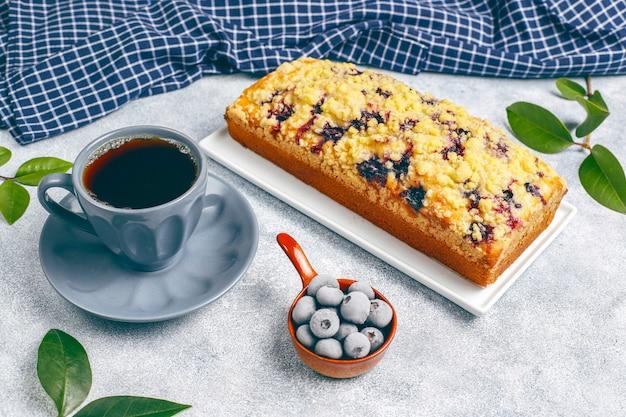 Délicieux Gâteau Crumble Aux Bleuets Fait Maison Avec Des Bleuets Surgelés, Vue Du Dessus Photo gratuit