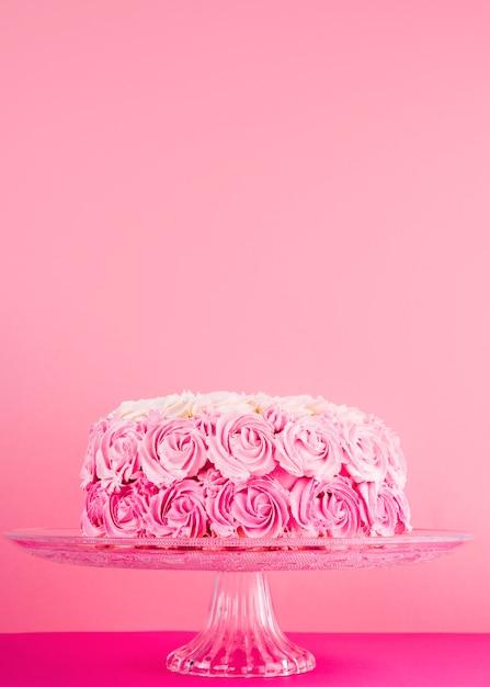 Délicieux Gâteau Rose Avec Des Roses Photo gratuit