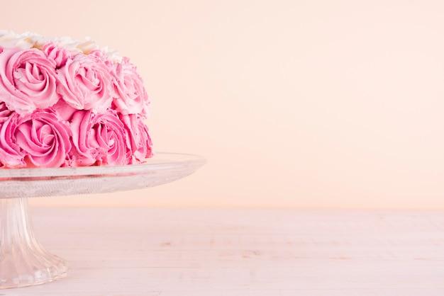 Délicieux Gâteau Rose Sur Support Photo Premium