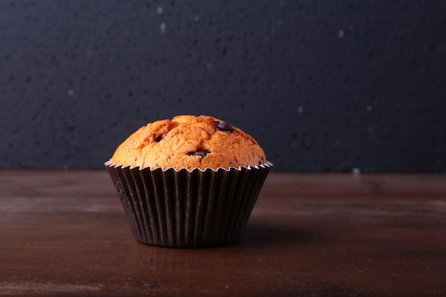 Délicieux gâteaux au chocolat, muffins sur une table en bois blanche Photo Premium