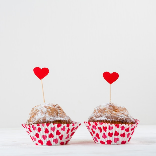 Délicieux gâteaux avec des cœurs sur des baguettes Photo gratuit