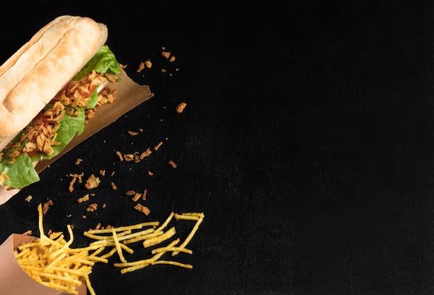 Délicieux Hot-dog Fast-food Sur Papier Sulfurisé Avec Du Fromage Photo gratuit