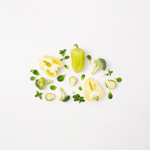 Délicieux légumes sur fond blanc simple Photo gratuit