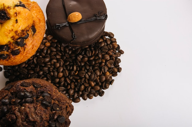 Délicieux mini gâteaux au chocolat près des grains de café Photo gratuit
