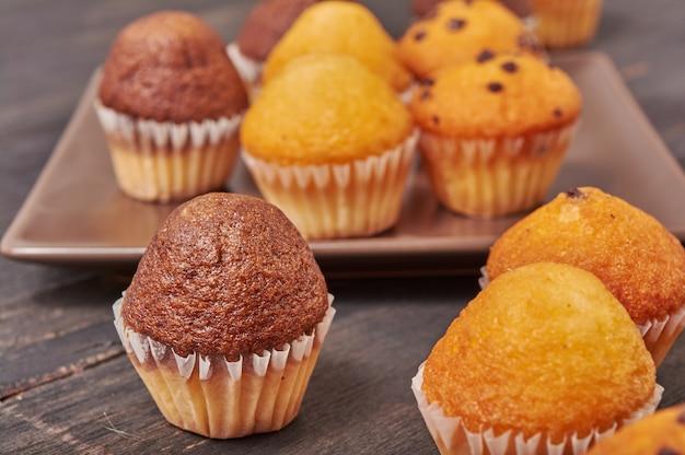 Délicieux mini muffins au chocolat pour le petit-déjeuner Photo Premium