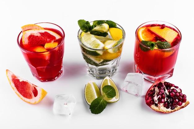 Délicieux mojito, rhum et cola, orange sanguine et cocktails à la vodka servis avec des fruits Photo gratuit