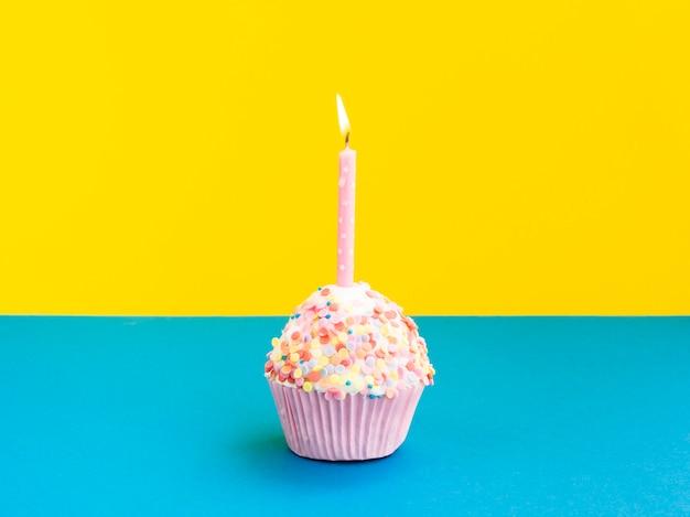 Délicieux Muffin D'anniversaire Avec Bougie Rose Photo gratuit