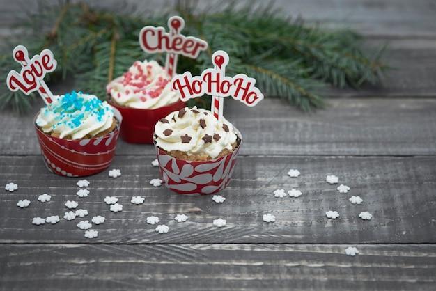 Délicieux Muffins De Noël Sur Des Planches De Bois Photo gratuit
