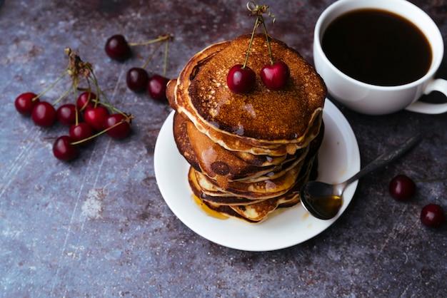 Délicieux pancakes et tasse de café Photo gratuit