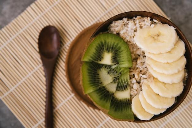 Délicieux petit déjeuner aux fruits et à l'avoine Photo gratuit