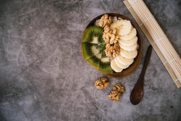 Délicieux petit déjeuner aux fruits et noix avec espace de copie Photo gratuit