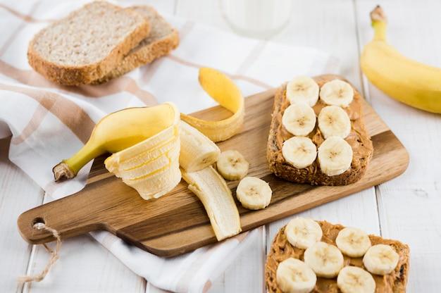 Délicieux Petit Déjeuner Avec Banane Et Beurre D'arachide Photo gratuit