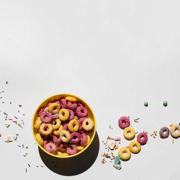 Délicieux petit déjeuner avec des céréales et un espace de copie Photo gratuit