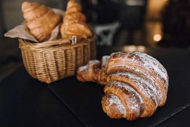 Délicieux Petit Déjeuner Avec Des Croissants Frais Sur Fond Noir, Une Délicieuse Cuisson Vue De Dessus Copie Espace Pour Le Texte Photo Premium