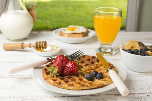 Délicieux petit déjeuner à la gaufre Photo gratuit