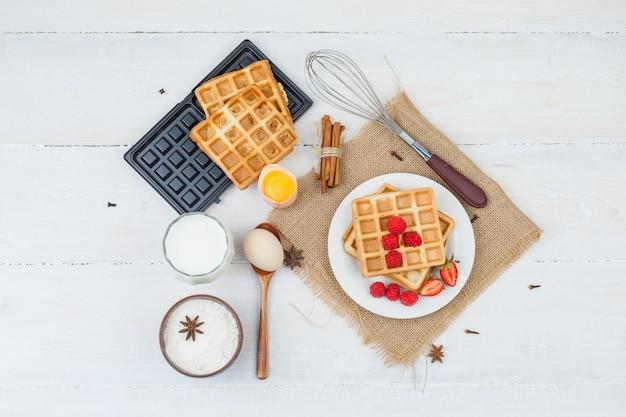 Délicieux Petit-déjeuner Avec Des Gaufres Et Des Fruits Photo gratuit