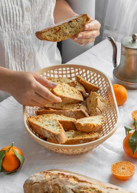Délicieux Petit Pain Orange Sur La Table Photo gratuit