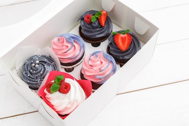 Délicieux petits gâteaux colorés. fête, anniversaire Photo Premium