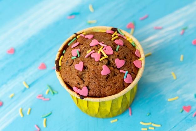 Délicieux Petits Gâteaux Avec Des Confiseries En Forme De Coeur Photo Premium