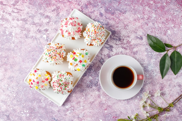 Délicieux Petits Gâteaux Faits Maison Avec Diverses Paillettes Photo gratuit