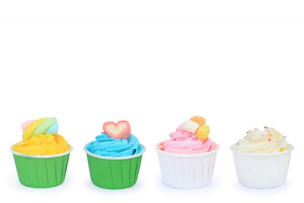 Délicieux petits gâteaux isolés sur fond blanc. Photo Premium