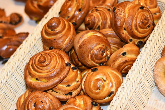 Délicieux petits pains, croissants, gâteaux et pain dans le panier Photo Premium