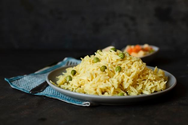Délicieux plat indien avec du riz et des pois verts Photo gratuit