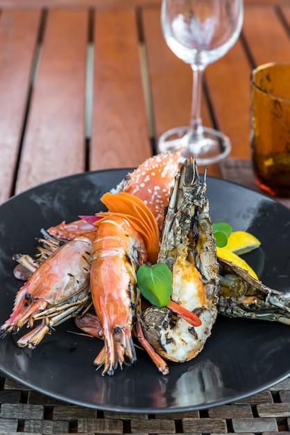 Délicieux plateau de fruits de mer grillés Photo Premium