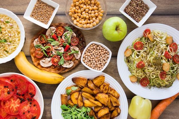Délicieux plats végétariens dans des assiettes Photo gratuit