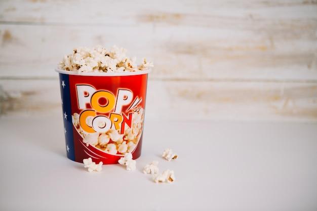 Délicieux pop-corn dans le seau Photo gratuit