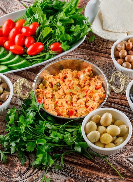 Délicieux Repas Dans Une Casserole Avec Salade, Cornichons Dans Des Bols High Angle View Sur Une Surface En Bois Verticale Photo gratuit