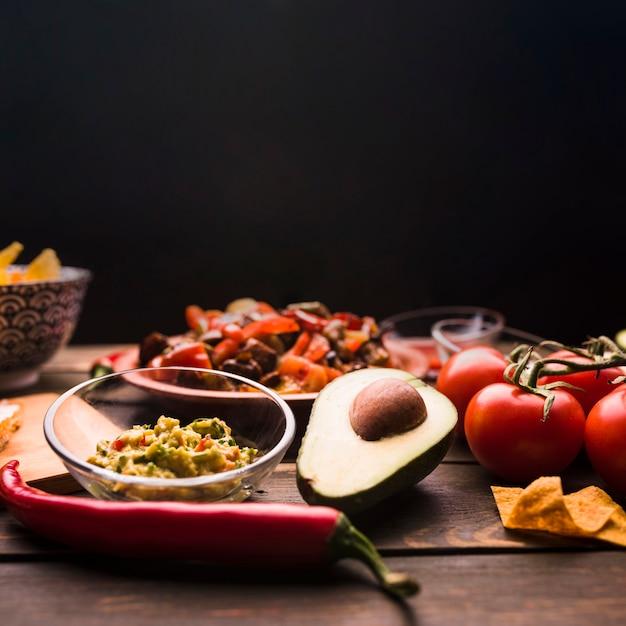 Délicieux repas parmi les légumes et la salade sur la table Photo gratuit