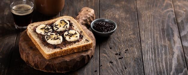Délicieux sandwich ouvert au chocolat et à la banane Photo Premium