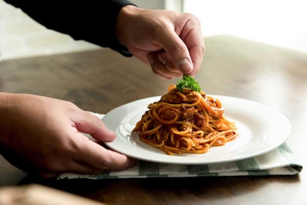 Délicieux spaghetti à la bolognaise servi avec élégance sur une assiette blanche Photo Premium