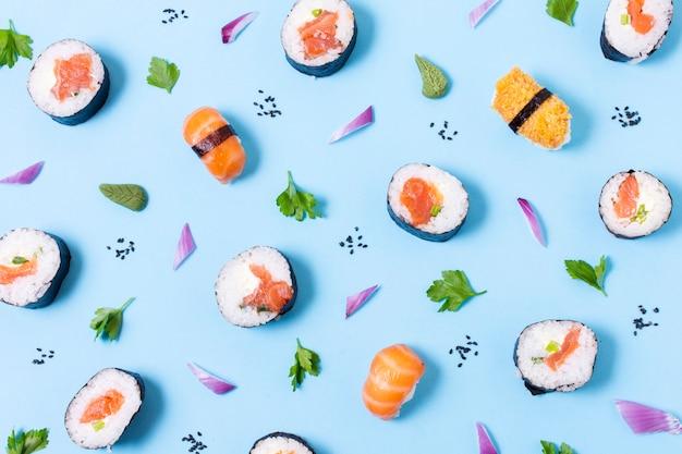Délicieux Sushis Roule Sur Table Photo gratuit