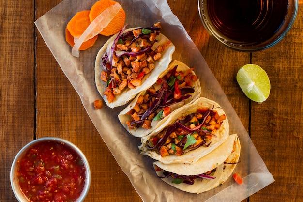 Délicieux Tacos Avec Vue De Dessus De Sauce Photo gratuit