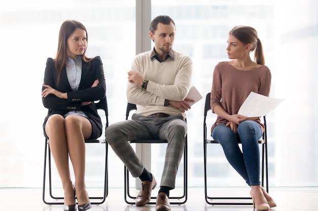 Les Demandeurs D'emploi Se Font Concurrence Pour La Position, La Rivalité Et La Concurrence Entre Hommes D'affaires Photo gratuit