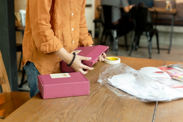 Démarrage, femme, propriétaire, femme, emballage, carton, lieu de travail Photo Premium