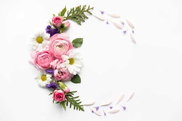 Demi-cercle de fleurs assorties Photo gratuit