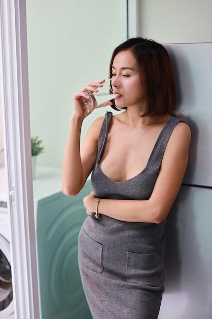 Demi-longueur attrayante et magnifique femme asiatique Photo Premium