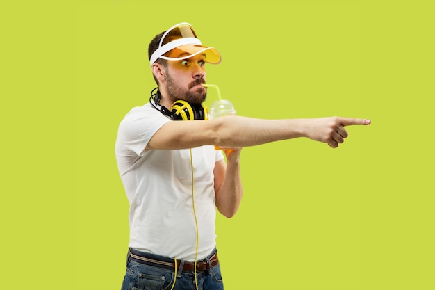 Demi-longueur Gros Plan Portrait De Jeune Homme En Chemise Jaune Photo gratuit