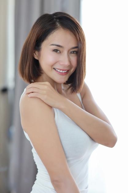Demi-longueur jeune femme asiatique adulte Photo Premium