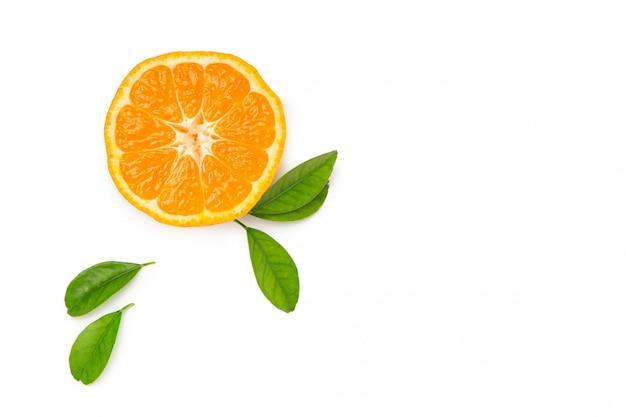 Demi Mandarine Avec Feuille Sur Fond Blanc Isolé. Fruits Frais Et Lumineux. Vue De Dessus. Mise à Plat Photo Premium