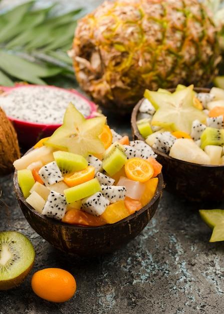 Demi Noix De Coco Farcie De Salade De Fruits Photo gratuit