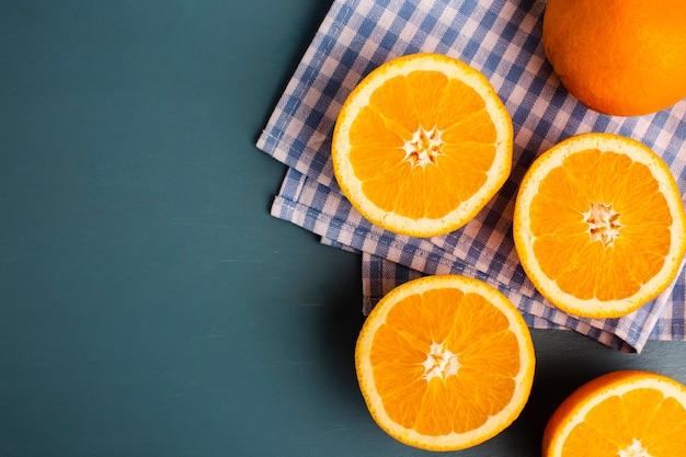 Demi-oranges coupées sur une table avec espace de copie Photo gratuit