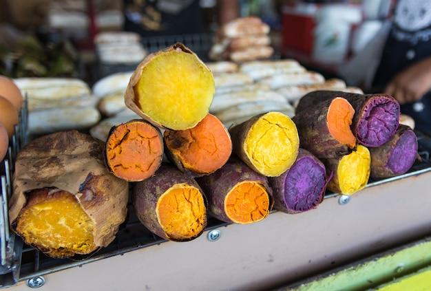 Une demi-pièce de patates douces colorées au marché du frais. Photo Premium