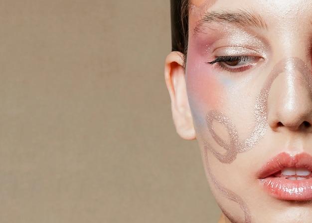 Demi-visage du jeune mannequin en gros plan Photo gratuit